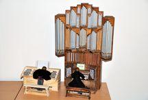 Miniaturmodelle von Pfeifenorgeln und Spieltischen / Handgefertigt im Maßstab 1:10 aus Holz und Metall.