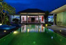 Villa Bahia / La villa Bahia se trouve dans une petite ruelle à Seminyak, station balnéaire huppée de Bali. Elle a été conçue dans un style résolument moderne cependant l'utilisation de matériaux locaux (pierres, bois tropicaux etc…) ainsi que la décoration d'influence ethnique lui confère une atmosphère tropicale et raffinée.