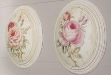 """Shabby Chic Décoration / Le Style Shabby Chic Qu'est ce que c'est ? Shabby signifie """"usé"""" et """"abîmé"""" en anglais. Le shabby chic c'est une décoration élégante tout en restant simple, rétro et surtout très lumineuse.Le blanc domine, les meubles sont patinés, vieillis, et les objets chinés.  Les tissus d'ameublement sont pastels avec de belles fleurs et le tout à l'allure surannée, un brin vieillotte de la maison d'une mamie anglaise."""