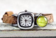 Zeit für Schmuck / Zauberhafte Uhren zum Wickeln und mit Schnalle zum Schließen. Naturmaterialen und individuellen Anhänger, ob als Geschenk oder zum Selbsttragen. Alle Uhren sind heandgemacht und individuell.