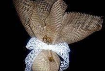 Μπομπονιέρες γάμου / Μπομπονιέρες γάμου λινάτσα. Μπομπονιέρες γάμου με λινάτσα συνδυασμένες  με άλλα υλικά και υφάσματα δίνουν κάθε φορά ένα διαφορετικό στυλ. Δείτε παρακάτω  κάποιες καταπληκτικές χειροποίητες μπομπονιέρες  με λινάτσα που επιλέξαμε και μας άρεσαν πολύ.