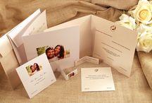 Set per nozze in stile moderno con carte metallizzate e perlate con e senza rilievo / Set per nozze in stile moderno con carte metallizzate e perlate, possibilità anche della stampa in rilievo per dare un tocco di maggiore eleganza. #tipidea #wedding #WeddingInvitation #WeddingKit #Matrimonio #InvitiMatrimonio