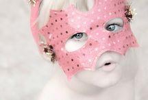 Máscaras de carnaval para niños / Sabes que nos encantan las manualidades para niños, y estando en las fechas en las que estamos no podíamos dejar pasar la oportunidad de escribir un post en el que te enseñemos a hacer máscaras para carnaval con tus hijos muy divertidas.