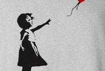 Banksy / Banksy é o pseudônimo de um grafiteiro, pintor, ativista político e diretor de cinema inglês. Sua arte de rua satírica e subversiva combina humor negro e graffiti feito com uma distinta técnica de estêncil. Seus trabalhos de comentários sociais e políticos podem ser encontrados em ruas, muros e pontes de cidades por todo o mundo.
