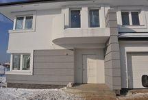Projekt domu Gabriela / Projekt domu Gabriela to prestiżowa willa, o jednopiętrowej bryle przekryta czterospadowym dachem. Dom przeznaczony jest dla 4-6cio osobowej rodziny. Architektura domu Gabriela nawiązuje do stylu modernistycznego, we współczesnym ujęciu. Elementy jak narożne okna, balkony z zaokrąglonymi balustradami, łukowy wykusz jadalni, podział elewacji na poziome pasy tworzą ciekawą stylistycznie architekturę zewnętrzną budynku.
