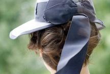 Hats / Altri arrivavano con un cappello a tesa larga stile Lucky Luciano e, dopo un paio di azzeccati colpi di forbice, loro gliene riconsegnavano uno tirolese che avrebbe tanto voluto mettersi il cancelliere austriaco. L. Sepulveda