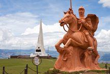 Ayacucho-Perú / Ayacucho, tierra de artesanos, tiene fama internacional por sus manifestaciones artísticas y por sus cotizados retablos ayacuchanos. Pero es también un destino con importantes atractivos turísticos que no se pueden dejar de visitar... http://turismoalperu.com/7-lugares-que-no-puedes-dejar-de-visitar-en-ayacucho/
