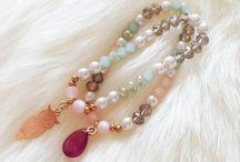 Onze sieraden / Neem een kijkje in de sieraden die wij maken. Staat jouw ontwerp er niet tussen? Vraag een custom aan en we maken het armbandje geheel voor je op maat met de kleuren naar jouw inzicht.