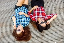 Ölelj meg, barátom! / Barátok nélkül az ember létezése hiányos. Barátokkal teljes. Önző barátságok helyett hát hallassuk hangunkat a másik felé akkor is, ha már régen nem keresett és legyünk jó hallgatói akkor is, ha éppen nekünk is lenne mit mesélnünk. Odaadásunk ugyanis egy igaz barátság esetében hosszú távon lesz kifizetődő...