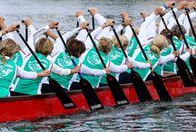 Dragonboat / Ősi kínai eredetű sport. A Távol-Keleten igen elterjedt, de hazánkban is egyre nagyobb népszerűségnek örvend. Miért szeretjük? Stabil hajóban, gyönyörű környezetben sportolunk. A mozgásforma könnyen elsajátítható. Ideális a csapat sportok kedvelőinek.