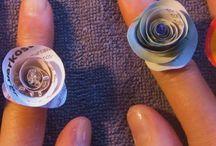 Paperisormuksia / Paperista kierretyt sormukset, liimattu sormuspohjaan, lakattu, koristeltu.