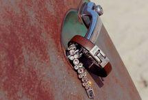 Josh / Les bijoux Josh sont fait avec de l'étain, de perles, de cubics zircons, et du cuivre. Chaque bijoux est identifié au fermoir, et en plus d'être sécuritaire, celui-ci se nettoie très facilement.  Venez voir nos dernières tendances à la bijouterie La Perle Rare, au 300 rue Barkoff TR #bijouterielaperlerare Suivez-nous aussi sur facebook & instagram
