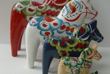 Tröskö loves Dala hästar (Dala horses) / The iconic Dala horse originated in the region Dalarna. A wooden painted horse- originally red. Now you can find it in many colors and patterns.