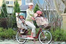 Padres y Madres con niños / Padres, madres, familias montando en bicicleta.