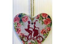 Závěsné dekorace / Srdíčka na zavěšení, ptáčci na zavěšení, dřevěná srdíčka na zavěšení, kovová srdíčka na zavěšení, barevná srdíčka na zavěšení, textilní srdíčka na zavěšení, dřevěné tabulky s nápisy na zavěšení