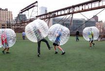 Bubble Voetbal Kopen / Er zijn verschillende mensen die bubbel-voetbal spelen, bv.:  Bij een studentendoop kunnen nieuwe studenten elkaar leren kennen door het spelen van bubbel-voetbal.  Bij team-building kunnen collega's leren samenwerken en vriendschap opbouwen.  Tijdens een verjaardagsfeest kan bubbel-voetbal veel plezier brengen, en de kinderen een leuk verjaardagsfeest laten beleven.  Sportclub, Sportclubs kunnen met bubbel-voetbal meer wedstrijden inrichten, en meer fans aantrekken.