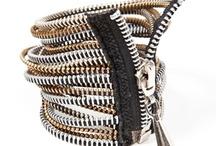 """cerniere / La cerniera lampo, anche abbreviata in italiano """"lampo"""", ma universalmente nota come zip è un tipo di chiusura che serve ad unire in modo rapido e sicuro due lembi di tessuto o di altro materiale non rigido."""
