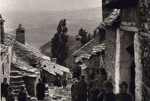 Fred Boissonnas-Daniel Baud Bovy (1903-1930) / Fred Boissonas: «Αυτός ο λαός, τόσο στις ακτές όσο και στο εσωτερικό της χώρας, ο ψαράς της Αίγινας, ο γεωργός της Αργολίδας, ο βοσκός του Χελμού ή του Παρνασσού, όλος αυτός ο λαός έχει τόσο σπινθηροβόλο πνεύμα, τόση καλοσύνη, τόσο πάθος για την ελευθερία, μια τέτοια λατρεία για το παρελθόν του, μια τέτοια προσήλωση στις αρχαίες συνήθειες….».           Daniel Baud Bovy: «Στην Ελλάδα, όπου άλλοι δεν πήγαιναν παρά γυρεύοντας ερείπια, εμείς ανακαλύπταμε μια φύση και έναν λαό. Και από τότε το σχέδιό μας ήταν όχι μόνο να ασχοληθούμε με τη λαμπρότητα των αρχαίων μνημείων αλλά να ξαναζωντανέψουμε τα τοπία που τα περιβάλλουν, τους ανθρώπους που είναι οι καθημερινοί μάρτυρές τους».