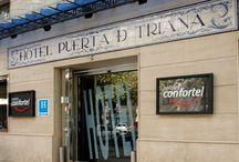 Confortel Puerta de Triana - Sevilla / El moderno hotel Puerta de Triana se sitúa en pleno casco histórico de la capital andaluza, a escasos minutos de la Plaza Nueva y el ayuntamiento. Cuenta con 68 habitaciones, Wi-Fi gratis, Internet Point, biblioteca y zona coffee para disfrutar de tu estancia junto al río Guadalquivir. por Confortel Hoteles