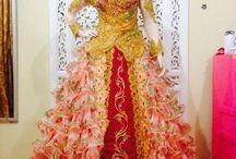 Kebaya Model Gaun / Pakaian ini memiliki design yang cantik. Perpaduan warna broklat dan bordir membuat dress ini semakin terlihat menarik.material yang digunakan berkualitas, sehingga memberikan kenyamanan pada orang yang mengenakannya. Dress kebaya ini cocok untuk kamu yang ingin selalu terlihat anggun, cantik, dan menarik.