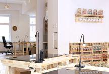 Möbel aus Paletten und Weinkisten / Wir haben unser Büro komplett aus Paletten und Weinkisten gebaut. Vieles davon passt sicher auch in dein Büro oder Zuhause.   Die passenden Kisten und Paletten findest du hier: https://www.weinkisten24.de/?cmid=ZWhtdVluanVPbUU9&afid=aWNNNHRmZnRjM1U9&ats=TG5jOWtxMUlKTEE9  ...und die wachmachenden Trinkschokoladen zum konzentrierten Arbeiten und Wohlfühlen hier: www.koawach.de