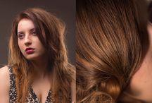 Puszystość pod kontrolą / Odpowiednia stylizacja spowoduje, że włosy będą się miękko układać i sprawiać wrażenie lekkich. Technika cieniowania włosów i dekonstrukcja w długościach złagodzi okrągłe rysy twarzy. Teraz wystarczy tylko podnieść włosy u nasady i voilà – stylizacja frizzy gotowa!  KATEGORIA: Strzyżenie damskie  TECHNIKA: Cieniowanie włosów długich z dekonstrukcją w długościach  EDUKATOR: Dawid Ślusarczyk