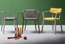 Sedie - Viky / Viky è una sedia con struttura in legno massello di rovere in cui lo schienale prosegue sui lati dando forma ai braccioli. Viky è disponibile in tre varianti: seduta imbottita , seduta e schienale verticale imbottiti , seduta e schienale orizzontale imbottiti.