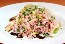 Salate / Salate können unterschiedlich zubereitet werden. Man kann Salate als Vorspeise, Hauptspeise oder Beilage essen. Lass dich von unseren Salat Rezepten verzaubern.