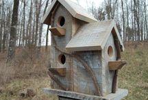 Wooden Pallet Birdhouse / Simple rustic wooden pallet birdhouses and diy pallet bird feeders ideas.