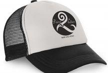 Snapback / La casquette snapback est un accessoire emblématique  classique des années 90. Prise2Têtes l'a remis au goût du jour dans une version golfeur/surfeur... look sport branché.  La snapback convient à de très nombreux look, que ce soit pour un style décontracté ou pour une tenue urbaine chic.