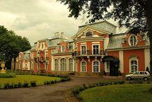 Siary - Pałac Długoszów / Pałac Długoszów w Siarach wybudowany w latach 1900–1908. Inicjatorem budowy kompleksu był galicyjski przemysłowiec naftowy Władysław Długosz. W 1996 roku kompleks został wykupiony przez Barbarę Dustanowską-Długosz, wdowę po Jerzym Długoszu. Ze względu na brak funduszy na konserwację obiektu, nowa właścicielka była zmuszona sprzedać majątek Edwardowi Brzostowskiemu.