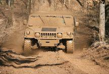 Hummer H1 / Vychází z armádního speciálu, který Americká armáda konstruovala speciálně pro potřeby války v Perském zálivu, a byl úspěšně nasazen v operaci Pouštní bouře. Od té doby nebylo vyrobeno žádné sériové auto s takovou průchodností terénem. Hummer H1 je legenda, která Vás dostane do kolen. Hummer H1 je pro ty, kteří to s jízdou v terénu myslí opravdu vážně. Zažijte trať plnou nástrah, strmých výjezdů, bočních náklonů i adrenalinových sjezdů. Klikněte sem: http://www.impresio.eu/zazitek/hummer-h1