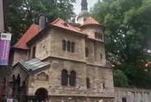 Yahudi Meydanı -Prag / Prag'a gelince görülmesi gereken yerlerden birisi de ''Yahudi Meydanı''. Eski Kente yakın olması açısından ulaşımı kolay bir yerde. Giriş fiyatları yüksek ve ilginin fazla olmasından dolayı çok kalabalık ama etkileyici !