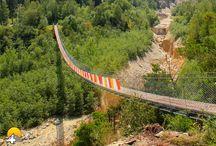 Bhutanbrücke Rundwanderung ab Leuk / Prunkstück dieser Wanderung ist eindeutig die 134 Meter lange Bhutan-Hängebrücke, welche über den Illgraben führt. Symbolisch steht die Brücke für die Verbundenheit des Wallis mit dem Königreich Bhutan.