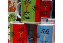 """Mugs badges-porte clefs-miroirs de poche / #articles souvenirs de la marque """"Tribu des Gones"""", aux couleurs de ...l'#humour lyonnais! N'hésitez pas à nous suivre"""