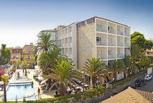 JS Yate, Can Picafort / Situado en el norte de Mallorca, en pleno centro de Can Picafort y a 100 metros de la playa, ofrece un completo equipamiento y unas modernas instalaciones. Cuenta, además, con una acogedora terraza de palmeras junto a la piscina y un apacible jardín de pinos, ideal para los momentos de relax.  / by JS Hotels