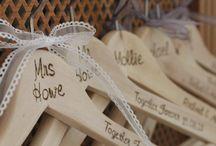 Prezenty weselne dla Gości - Niezwykłe Pomysły / Prezenty dla Gości, które dostają od nas na weselu, przyjęciu to temat wielu naszych redakcyjnych rozmów. Jaką formę powinny mieć prezenty, czy powinny być wręczane gościom a może czekać przy ich talerzyku na stole? Powinien to być drobiazg, który uprzyjemni gościom wieczór i sprawi, że będą pamiętali o naszych ślubie i weselu jeszcze jakiś czas ale jaki?Zdecydowaliśmy się pokazac najpiękniejsze prezenty, które zainspirowały nas do stworzenia  tej inspiracji. Prezenty dla Gości, zapraszamy !