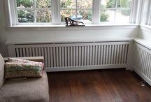 radiatorombouwen / De ombouwen zijn zo gebouwd dat er vrijwel geen warmte verlies ontstaat. Wij plaatsen tussen de radiator en de muur een speciale folie waardoor u nog meer warmte binnenshuis houdt. Zeer geschikt voor particuliere woningen, kinderdagverblijf en dagopvang. Onze radiatorombouwen zijn ook als een bouwpakket leverbaar en zijn geschikt