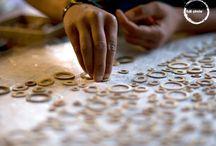 Nepal / Nuestros artesanos en Nepal transforman rápidamente materiales locales en un producto de gran valor. Ellos han trabajado con Bamboo por décadas y en sus aldeas tienen abundante de ésta materia prima, además de la habilidad y las herramientas necesarias para trabajar con éste material. Ésta asociación entre 3form by Hunter Douglas  y los Nepaleses ha creado un mercado muy necesario para ellos hoy en día.