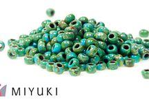 Siemenhelmet / Siemenhelmet ovat osana monessa korussa tai niistä voi tehdä siemenhelmitöitä. Valikoimassamme on kaikki suosituimmat japanilaiset Miyuki, Toho ja Matsuno –siemenhelmet, joiden valikoimaa pidämme jatkuvasti varastostamme.  http://www.helmikauppa.com/siemenhelmet-c-98.html