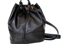 Kožené ruksaky / Kožené ruksaky z iných nekvalitných materiálov vám vydržia pri najlepšom pár mesiacov. Pri kožených ruksakoch sa vám to stať nemôže. Pravá prírodná koža je úžasný materiál a kožený ruksak vám môže vydržať pokojne celý život. Kožené ruksaky môžete použiť aj na turistiku alebo prechádzku. Kožené ruksaky vám ponúknu všestranné využitie pre každodennú potrebu. www.vegalm.sk