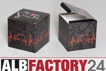 Verpackung - Smallbox / Beispiele wie toll eine individuelle Verpackung aussehen kann. Online gestaltet auf www.albfactory24.de. Kleinserie ab 1 Stück, eigener Editor, eigene Größe, eigenes Design.
