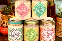 Bougies Produce Candles / La marque Produce Candles créent des bougies aux senteurs surprenantes et inédites: fraîches ou acidulées, sucrées ou épicées.  Des parfums inédits de campagne et de nature dans votre intérieur : coriandre, melon, kale, pêche, rhubarbe, fleur sauvage, tomate, menthe, radis, carotte, figue... La bougie est présentée dans un véritable pot en verre Mason Jar, pour une touche rétro décorative ! Chaque bougie est fabriquée à bas de cire de soja naturelle et d'une mèche en coton premium.