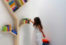 Un librería original / Librería original que sea factible hacer uno mismo, apoyada en el suelo, para un espacio de 3x2 metros, con fondo blanco.