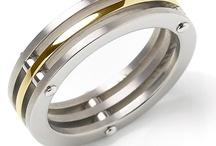 TITANIUM BOCCIA HORl. EN SIERADEN / Mocht u last hebben van een zilver allergie, dan wordt het u heel moeilijk gemaakt om de laatste trends bij te houden. Denkt u! BOCCIA heeft hier een oplossing voor bedacht en heeft een nieuwe titanium collectie ontwikkeld.   Dat BOCCIA sieraden op de markt brengt die uitsluitend gemaakt zijn van nikkelvrij puur titanium is natuurlijk niets nieuws, maar dat de sieraden uit deze collectie zijn ontworpen door internationale designers wel.