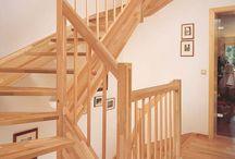 """Holzwangentreppe PARIS / Die Wangentreppe kann weitgehend wandunabhängig eingebaut werden. Dabei unterscheidet man zwischen """"eingestemmten"""" und """"aufgesattelten"""" Stufen. Sie kann als offene (ohne Setzstufen) oder geschlossene (mit Setzstufen) Treppe gefertigt werden."""