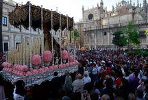 """Semaine Sainte en ESPAGNE / La Semaine Sainte en Espagne, surtout en Andalousie représente un des plus grands moments dans la vie des espagnols. Du Lundi Saint au Vendredi Saint  des images de la Passion du Christ sont promenées dans les rue des villes et des villages. Elle sont suivies par une statue de la Vierge très richement vêtue et sous des dais somptueux  à la mesure de la ferveur des Espagnols. Elles portent différents noms selon la paroisse et la confrérie d'où elle proviennent . Les deux les plus honorées se trouvent à Séville . Ce sont l'Esperanza du quartier de Triana et la Macarena. Ce sont des monuments extrêmement lourds - plusieurs tonnes - portés à dos d'hommes, qui se trouvent parfois jusqu'à cinquante en dessous du """"monument"""". À Malaga les porteurs sont à l'extérieur et leur nombre dépasse souvent les deux cents. La ferveur populaire est énorme  et ceux qui font vœux de pénitence masquent leurs visages sous les hauts bonnets coniques venus du XVIe siècle et qu'il ne faut pas assimiler aux coiffes parodiées par certains groupes extrémistes et fanatiques aux USA. Ici c'est le signe de la pénitence."""