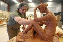 C. ESCULTORES/AS EN SU TALLER / Aqui se pueden apreciar a distinto/as escultores/as contemporáneos trabajando