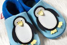 Pololo's / Die handgefertigten POLOLO'S sind wie eine wärmende, atmungsaktive Haut, die sich schützend um die Füsse schmiegt.100% ökologische Leder Schuhe für die Kleinsten. Alle POLOLO'S sind schadstoffgetestet und mit dem ECARF Siegel für allergikerfreundliche Produkte ausgezeichnet.   ---   Alle Modelle finden Sie hier: http://kidisworld.ch/cat/index/sCategory/225