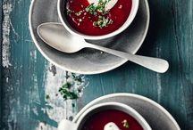 Rote Bete / Das Gemüse mit der schönen, dunkelroten Farbe gehört botanisch gesehen zur Gattung der Rüben und ist mit Zuckerrübe und Mangold verwandt. Viele kennen das Gemüse nur sauer eingelegt aus dem Glas, aber es lohnt sich, Rote Beete auch mal frisch zu probieren. Denn sie lässt sich nicht nur vielseitig und raffiniert zubereiten, sondern ist ein richtiger Fitmacher, der besonders in der kalten Jahreszeit gut tut.